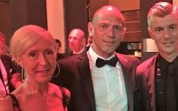 Herbert Adler & Toni Kroos im Gespärach während der Gala für die Toni Kroos Stiftung